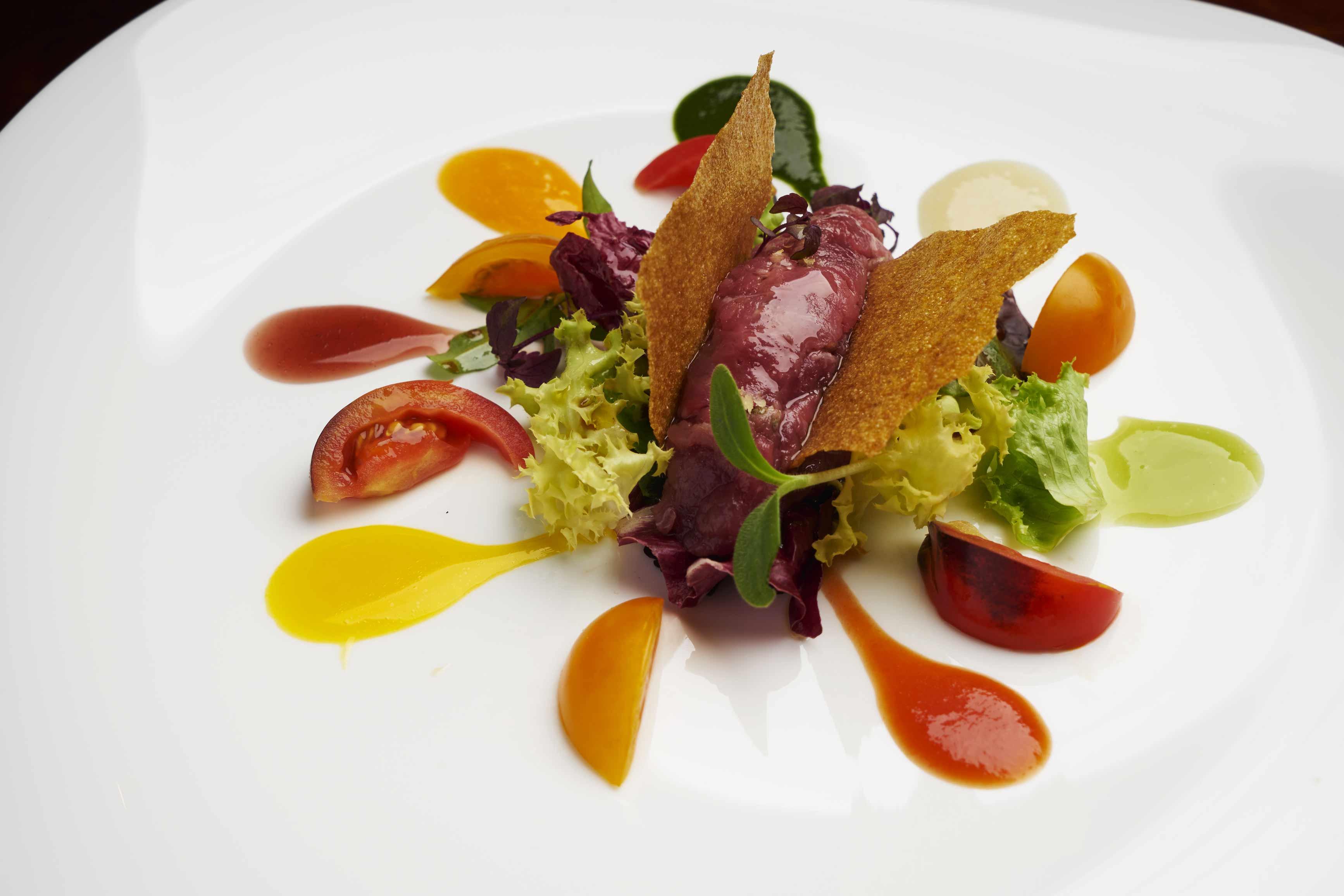 battuta-di-fassona-e-salsa-colorata-agli-estratti-di-verdure