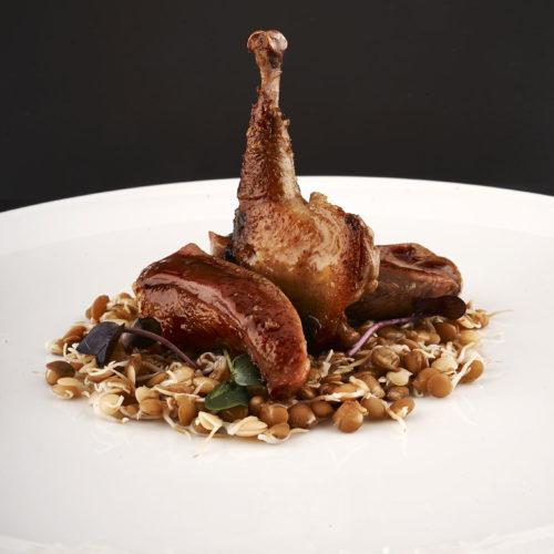 il-piccione-con-germogli-di-lenticchie-e-salsa-alla-senape